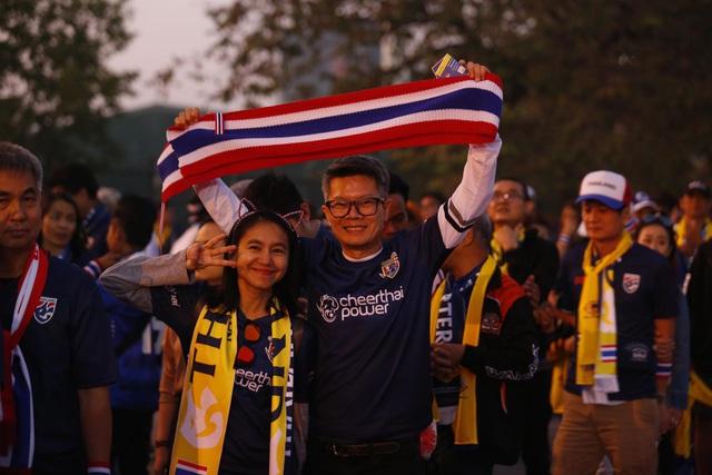 CĐV Thái Lan máu lửa trước trận đấu với ĐT Việt Nam tại Mỹ Đình - Ảnh 10.