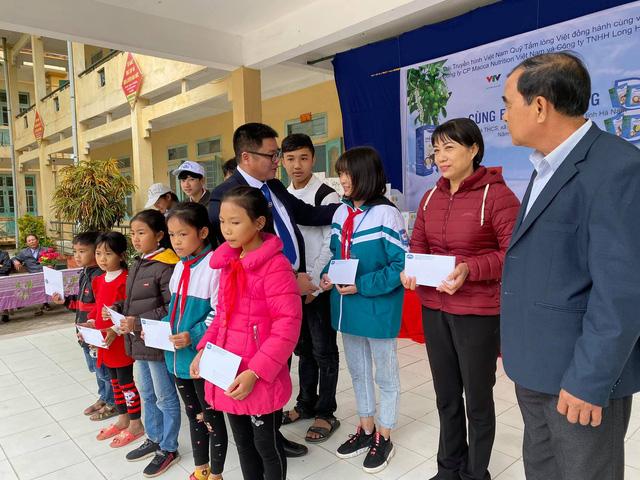 Quỹ Tấm lòng Việt trao quà tri ân ngày nhà giáo Việt Nam - Ảnh 2.
