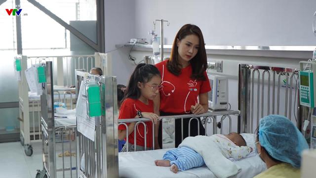 Diễn viên Hồng Diễm giản dị ghi hình kêu gọi ủng hộ bệnh nhi tim bẩm sinh - Ảnh 1.