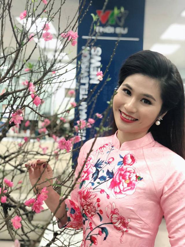 BTV thời sự Minh Trang duyên dáng trong tà áo dài trước giờ lên sóng - Ảnh 25.