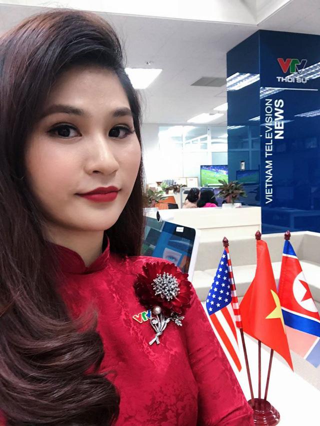 BTV thời sự Minh Trang duyên dáng trong tà áo dài trước giờ lên sóng - Ảnh 19.