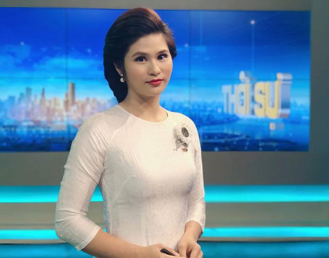 BTV thời sự Minh Trang duyên dáng trong tà áo dài trước giờ lên sóng - Ảnh 18.