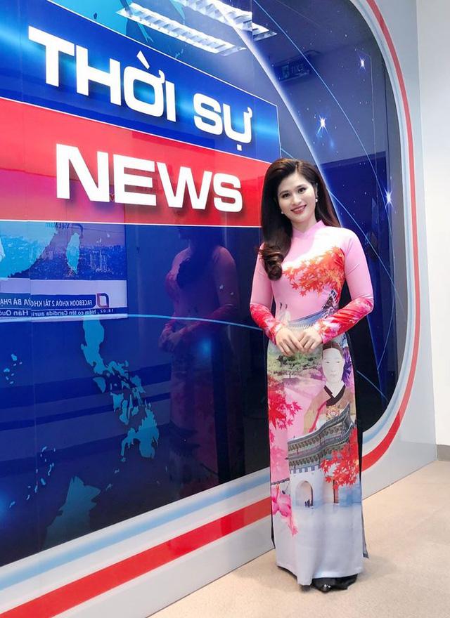 BTV thời sự Minh Trang duyên dáng trong tà áo dài trước giờ lên sóng - Ảnh 17.