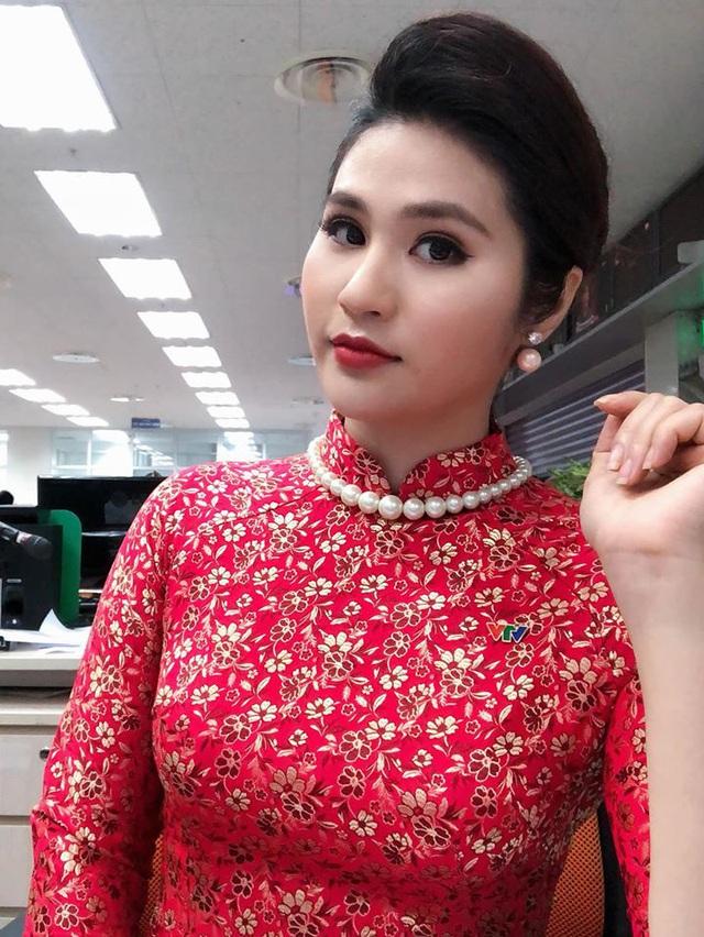 BTV thời sự Minh Trang duyên dáng trong tà áo dài trước giờ lên sóng - Ảnh 15.