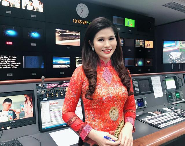 BTV thời sự Minh Trang duyên dáng trong tà áo dài trước giờ lên sóng - Ảnh 16.
