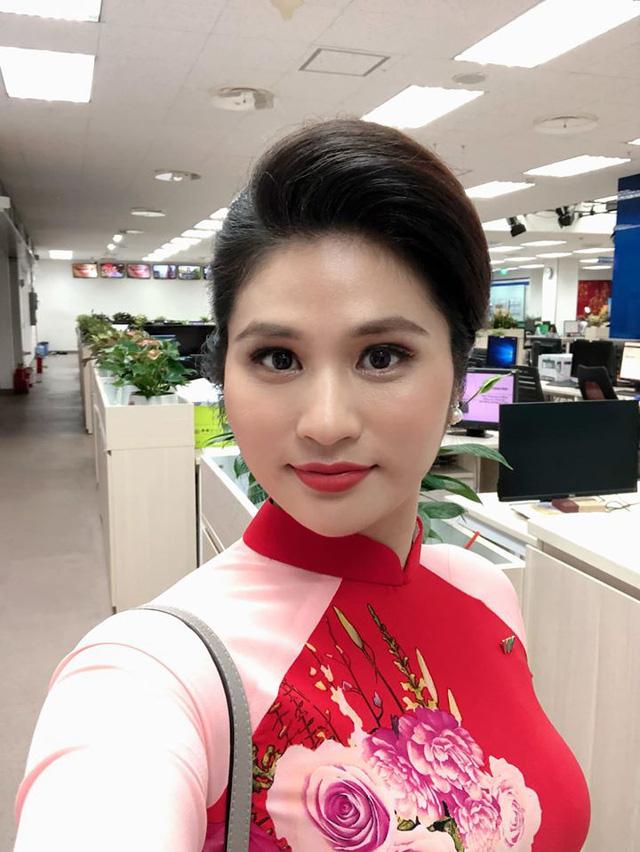 BTV thời sự Minh Trang duyên dáng trong tà áo dài trước giờ lên sóng - Ảnh 13.