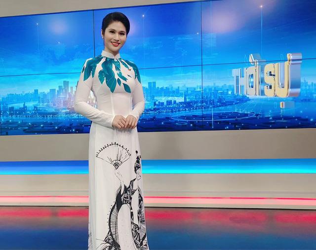 BTV thời sự Minh Trang duyên dáng trong tà áo dài trước giờ lên sóng - Ảnh 14.