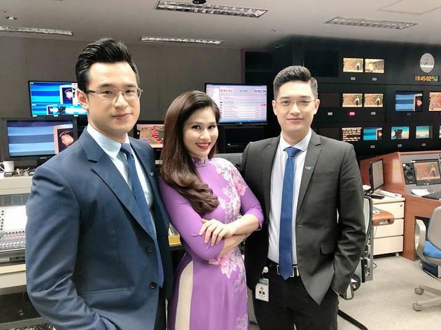 BTV thời sự Minh Trang duyên dáng trong tà áo dài trước giờ lên sóng - Ảnh 12.