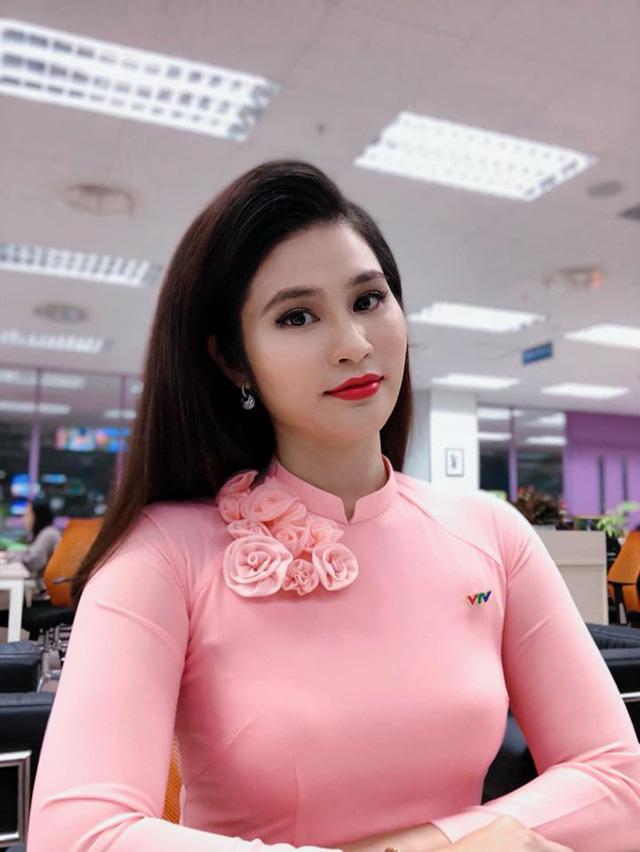 BTV thời sự Minh Trang duyên dáng trong tà áo dài trước giờ lên sóng - Ảnh 11.