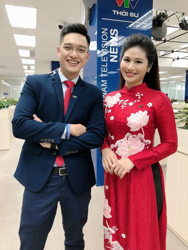 BTV thời sự Minh Trang duyên dáng trong tà áo dài trước giờ lên sóng - Ảnh 4.
