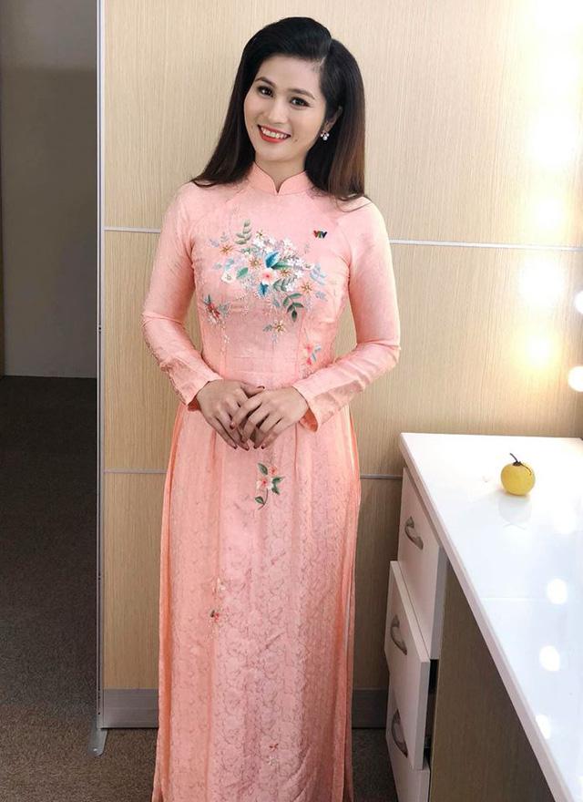 BTV thời sự Minh Trang duyên dáng trong tà áo dài trước giờ lên sóng - Ảnh 9.