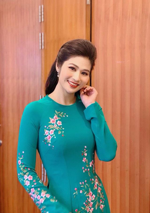 BTV thời sự Minh Trang duyên dáng trong tà áo dài trước giờ lên sóng - Ảnh 21.