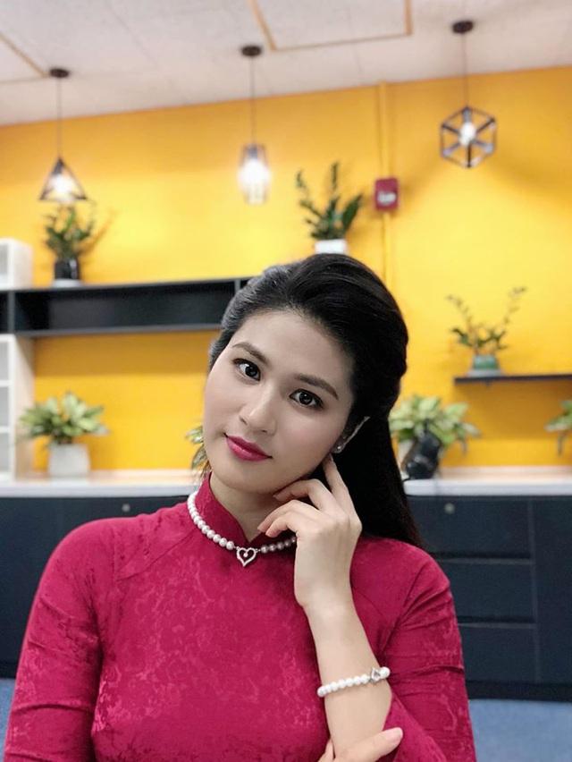 BTV thời sự Minh Trang duyên dáng trong tà áo dài trước giờ lên sóng - Ảnh 23.
