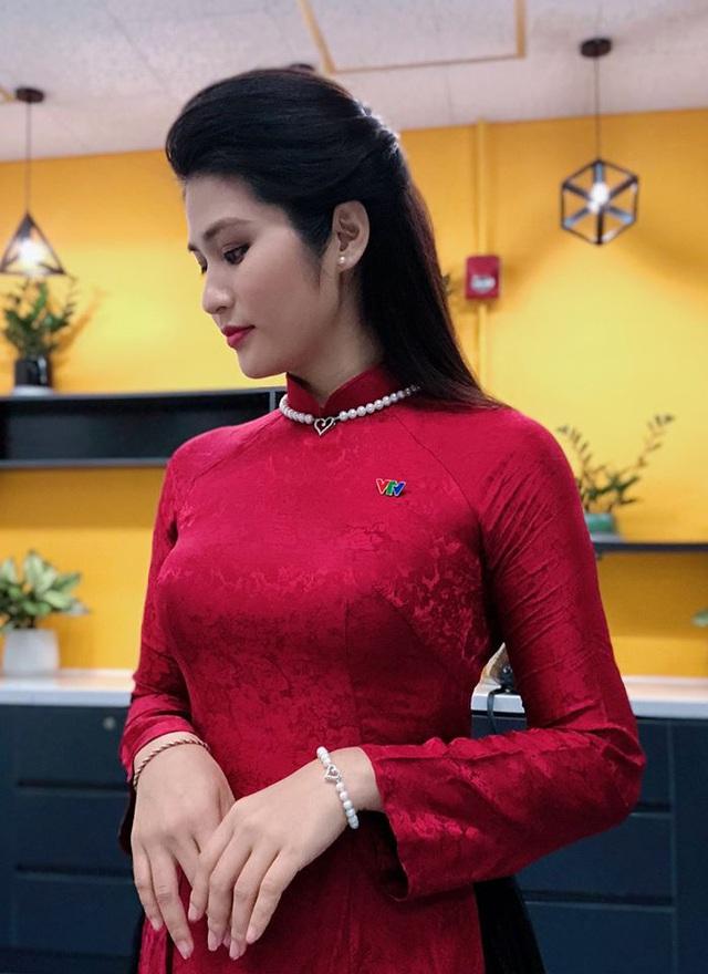 BTV thời sự Minh Trang duyên dáng trong tà áo dài trước giờ lên sóng - Ảnh 24.