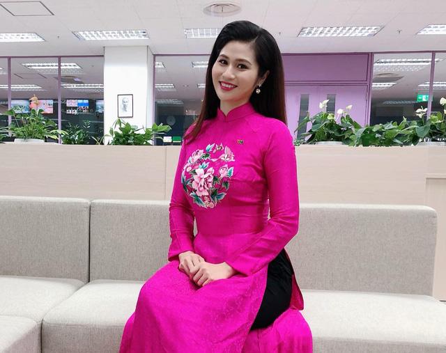 BTV thời sự Minh Trang duyên dáng trong tà áo dài trước giờ lên sóng - Ảnh 7.