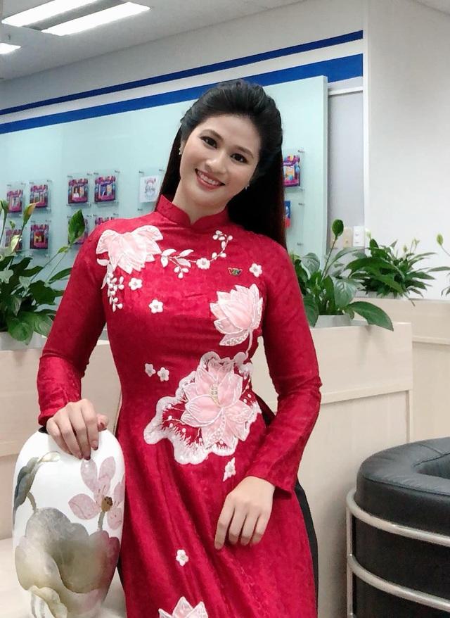 BTV thời sự Minh Trang duyên dáng trong tà áo dài trước giờ lên sóng - Ảnh 6.