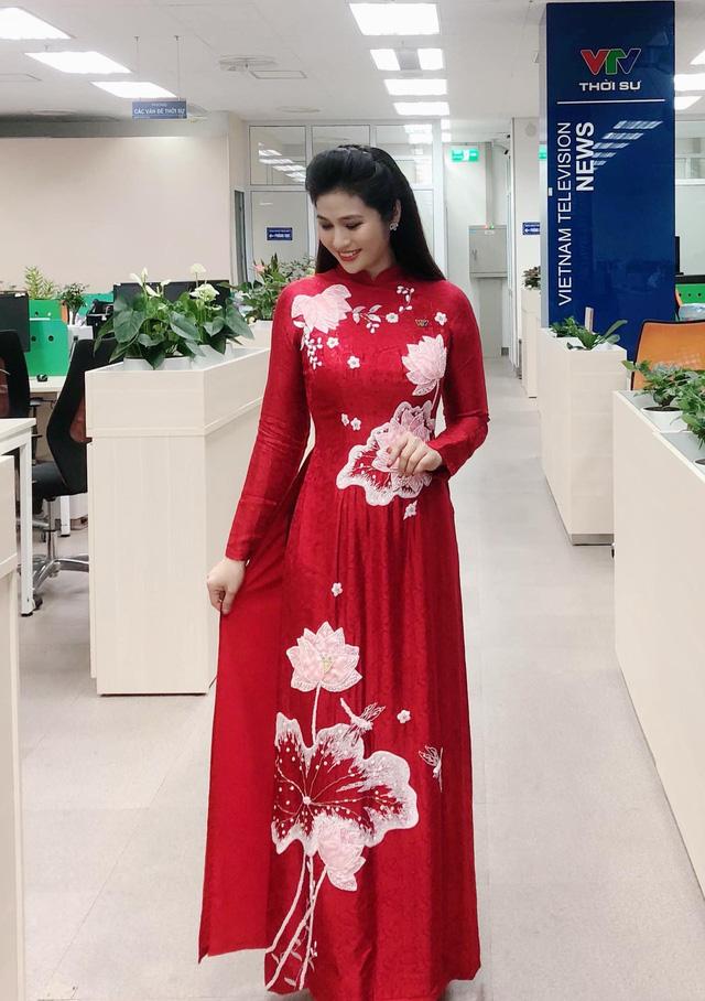 BTV thời sự Minh Trang duyên dáng trong tà áo dài trước giờ lên sóng - Ảnh 5.