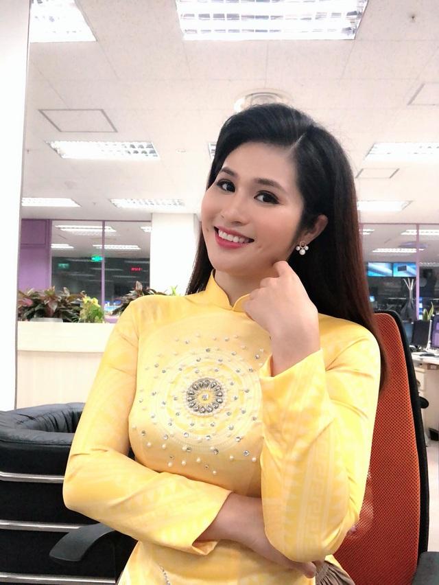 BTV thời sự Minh Trang duyên dáng trong tà áo dài trước giờ lên sóng - Ảnh 20.