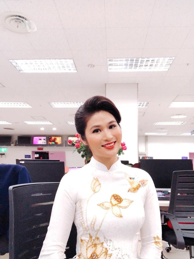 BTV thời sự Minh Trang duyên dáng trong tà áo dài trước giờ lên sóng - Ảnh 22.