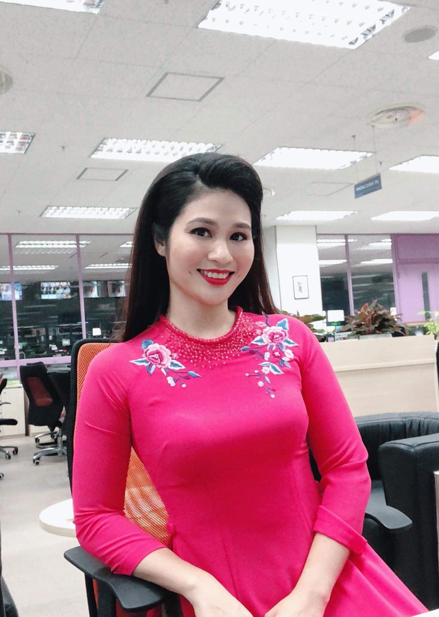 BTV thời sự Minh Trang duyên dáng trong tà áo dài trước giờ lên sóng - Ảnh 3.