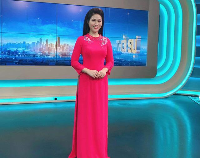 BTV thời sự Minh Trang duyên dáng trong tà áo dài trước giờ lên sóng - Ảnh 2.