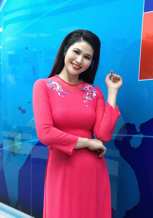 BTV thời sự Minh Trang duyên dáng trong tà áo dài trước giờ lên sóng - Ảnh 1.