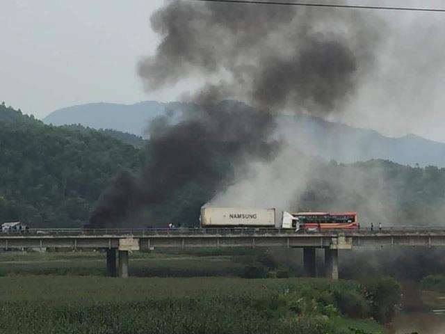 Xe đầu kéo đâm vào dải phân cách rồi bốc cháy dữ dội ở Phú Thọ - Ảnh 1.