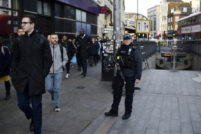 Vụ tấn công bằng dao trên cầu London, Anh là một vụ khủng bố - Ảnh 6.