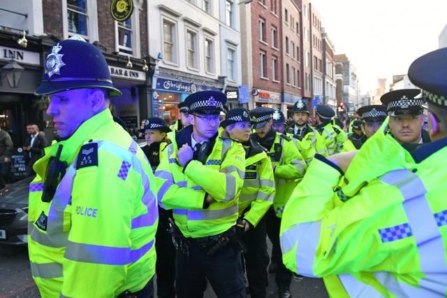 Vụ tấn công bằng dao trên cầu London, Anh là một vụ khủng bố - Ảnh 4.