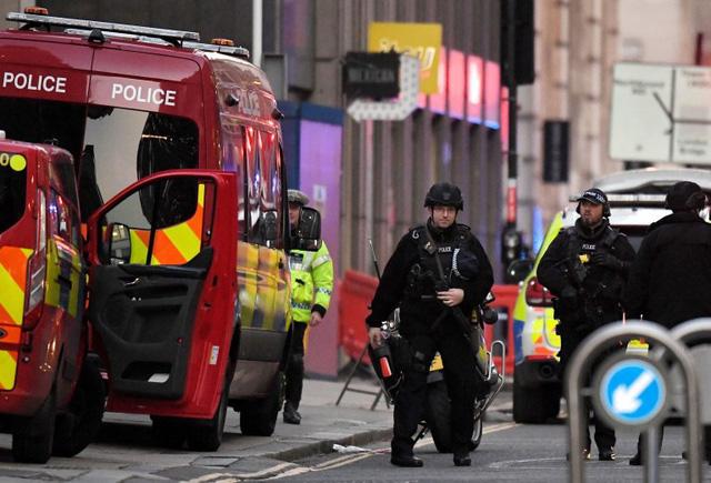 Vụ tấn công bằng dao trên cầu London, Anh là một vụ khủng bố - Ảnh 3.