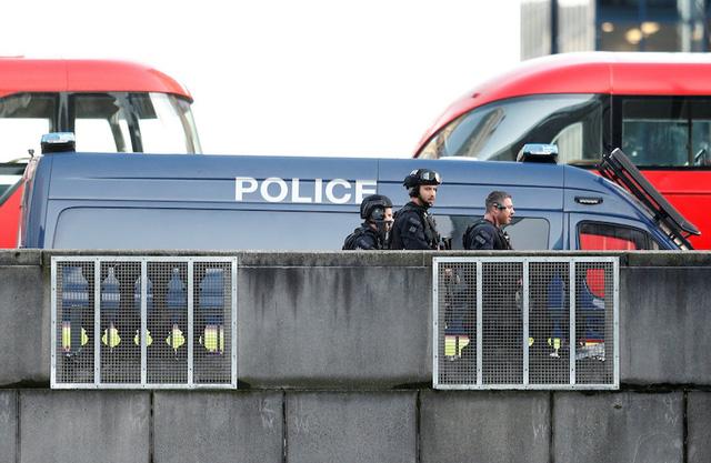 Vụ tấn công bằng dao trên cầu London, Anh là một vụ khủng bố - Ảnh 2.