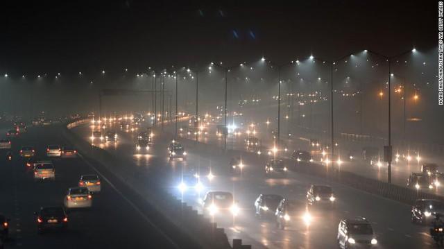 Ô nhiễm không khí mức kỷ lục, các chuyến bay tới New Delhi (Ấn Độ) phải đổi hướng - Ảnh 1.