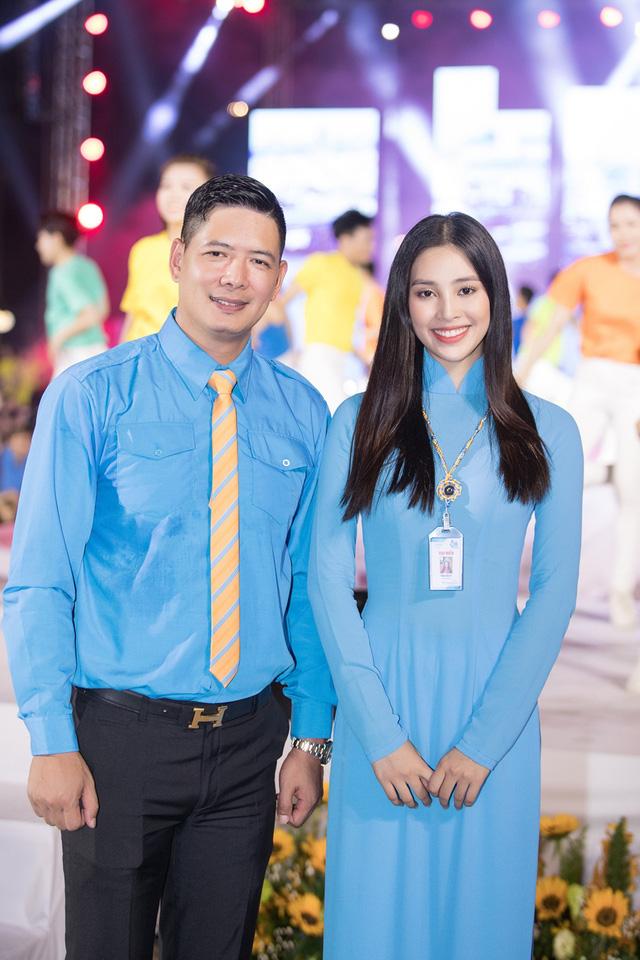 Hoa hậu Tiểu Vy sánh vai cùng diễn viên Bình Minh dự Đại hội đại biểu Hội LHTN TP.HCM - Ảnh 3.