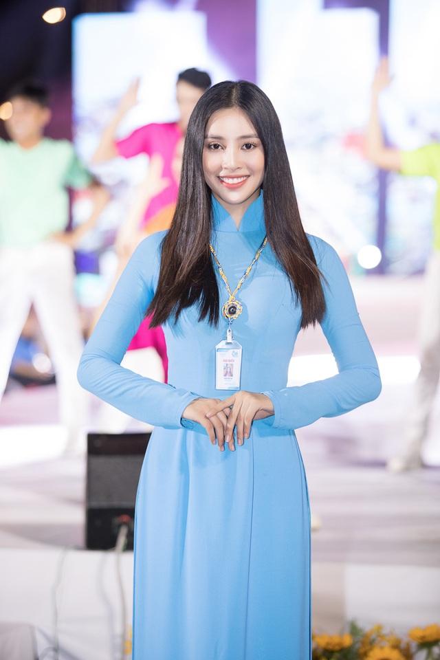 Hoa hậu Tiểu Vy sánh vai cùng diễn viên Bình Minh dự Đại hội đại biểu Hội LHTN TP.HCM - Ảnh 11.