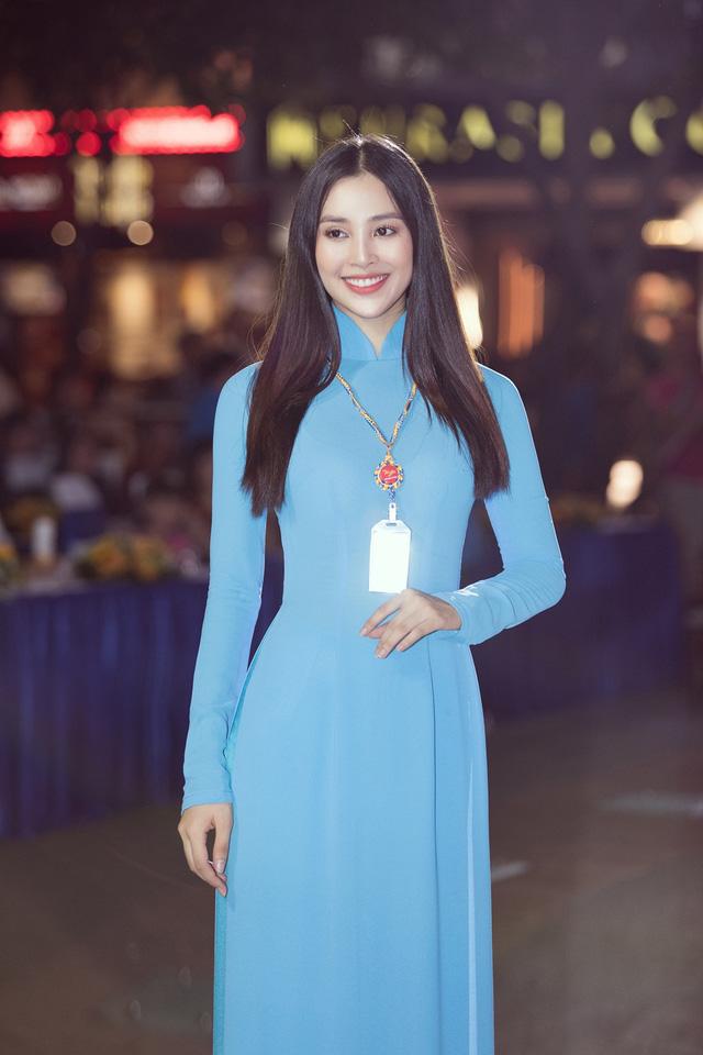 Hoa hậu Tiểu Vy sánh vai cùng diễn viên Bình Minh dự Đại hội đại biểu Hội LHTN TP.HCM - Ảnh 13.