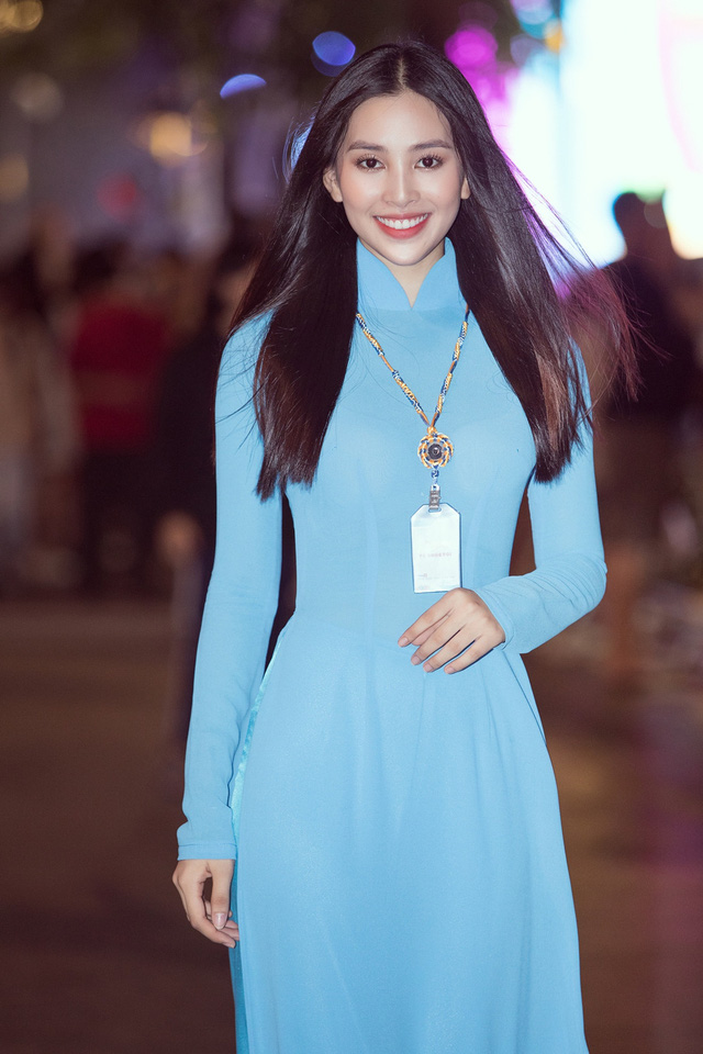 Hoa hậu Tiểu Vy sánh vai cùng diễn viên Bình Minh dự Đại hội đại biểu Hội LHTN TP.HCM - Ảnh 12.