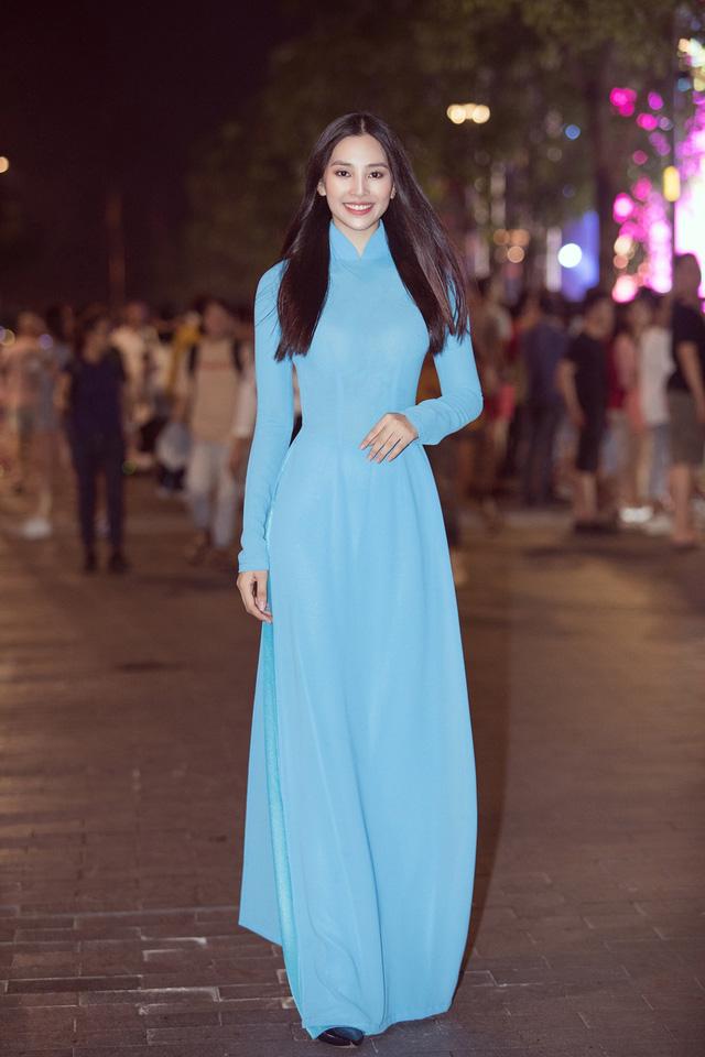 Hoa hậu Tiểu Vy sánh vai cùng diễn viên Bình Minh dự Đại hội đại biểu Hội LHTN TP.HCM - Ảnh 10.