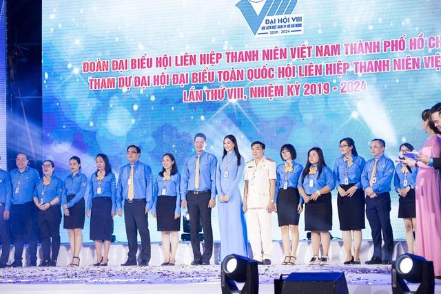 Hoa hậu Tiểu Vy sánh vai cùng diễn viên Bình Minh dự Đại hội đại biểu Hội LHTN TP.HCM - Ảnh 1.