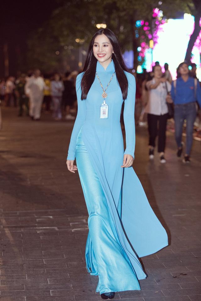 Hoa hậu Tiểu Vy sánh vai cùng diễn viên Bình Minh dự Đại hội đại biểu Hội LHTN TP.HCM - Ảnh 7.
