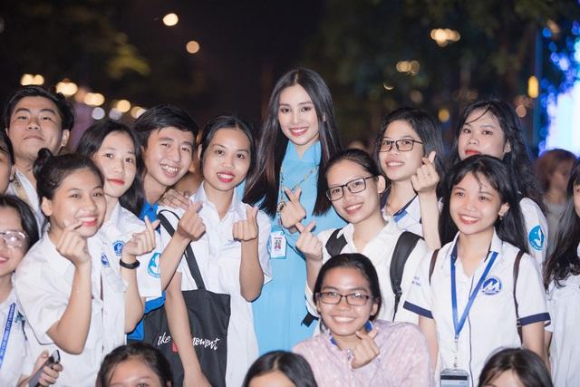 Hoa hậu Tiểu Vy sánh vai cùng diễn viên Bình Minh dự Đại hội đại biểu Hội LHTN TP.HCM - Ảnh 14.