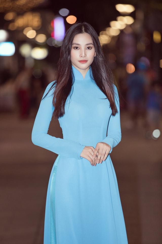 Hoa hậu Tiểu Vy sánh vai cùng diễn viên Bình Minh dự Đại hội đại biểu Hội LHTN TP.HCM - Ảnh 6.