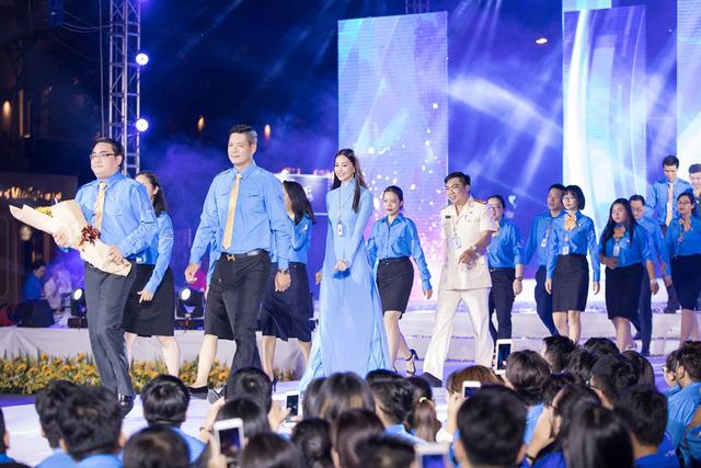 Hoa hậu Tiểu Vy sánh vai cùng diễn viên Bình Minh dự Đại hội đại biểu Hội LHTN TP.HCM - Ảnh 2.