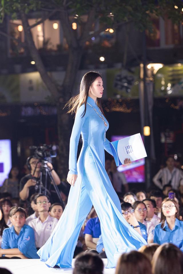 Hoa hậu Tiểu Vy sánh vai cùng diễn viên Bình Minh dự Đại hội đại biểu Hội LHTN TP.HCM - Ảnh 9.