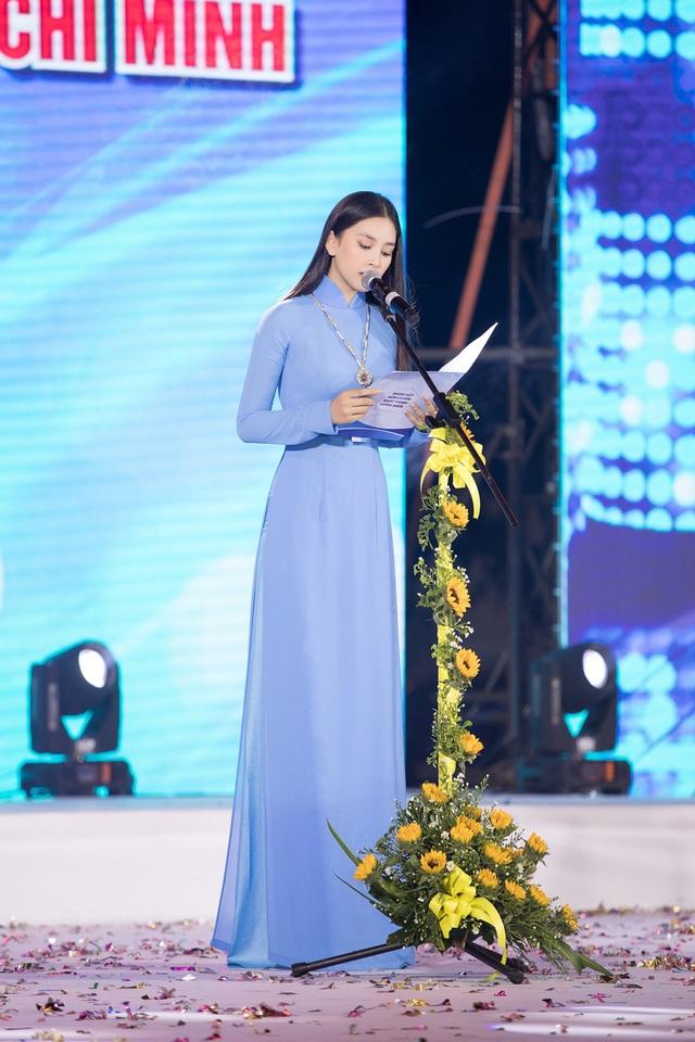 Hoa hậu Tiểu Vy sánh vai cùng diễn viên Bình Minh dự Đại hội đại biểu Hội LHTN TP.HCM - Ảnh 4.