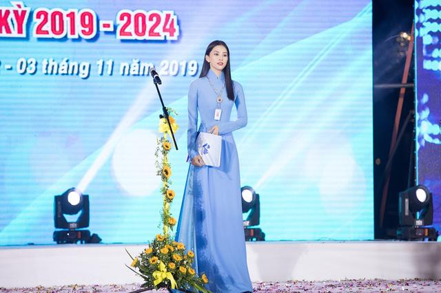 Hoa hậu Tiểu Vy sánh vai cùng diễn viên Bình Minh dự Đại hội đại biểu Hội LHTN TP.HCM - Ảnh 5.