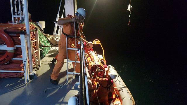 Ứng cứu kịp thời ngư dân gặp nạn tại quần đảo Hoàng Sa trước bão số 6 - Ảnh 1.