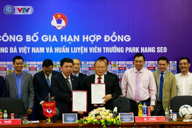 CHÍNH THỨC: Liên đoàn bóng đá Việt Nam gia hạn hợp đồng thành công với HLV Park Hang Seo - Ảnh 1.