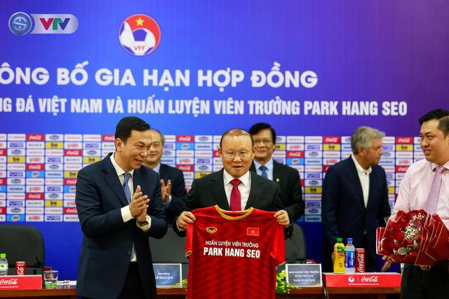 CHÍNH THỨC: Liên đoàn bóng đá Việt Nam gia hạn hợp đồng thành công với HLV Park Hang Seo - Ảnh 4.