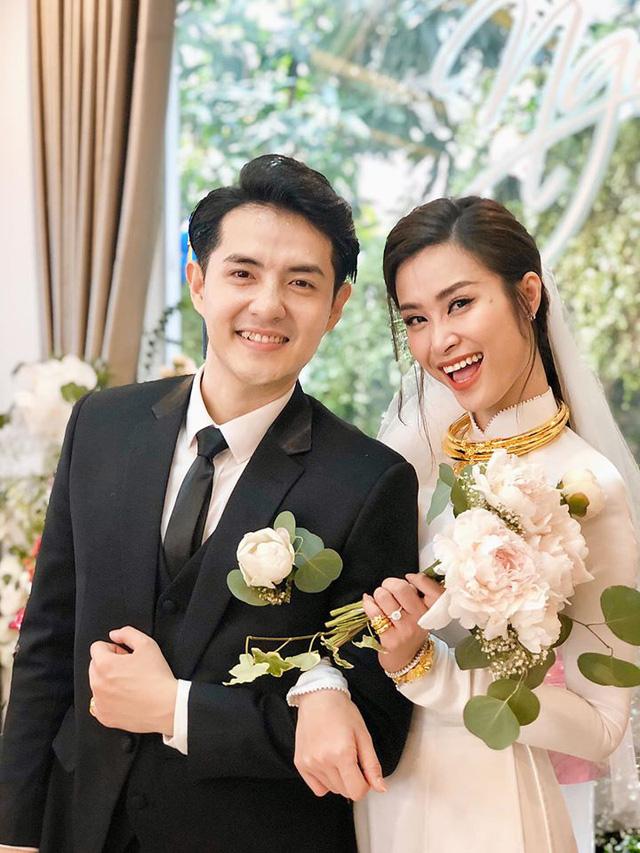 Diện áo dài giản dị, Đông Nhi đẹp xuất thần trong lễ rước dâu - Ảnh 1.