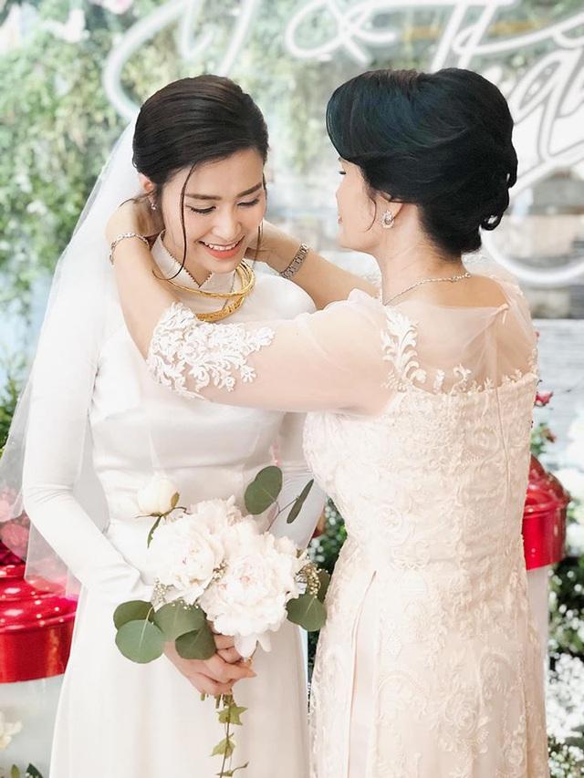 Diện áo dài giản dị, Đông Nhi đẹp xuất thần trong lễ rước dâu - Ảnh 2.